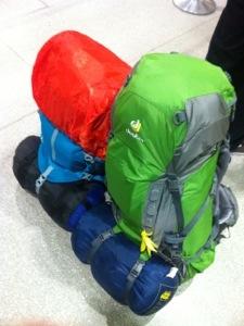 zwei voll gepackte travellerrucksäcke in Türkis und Grün mit Schlafsäcken